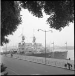 8049 De Canadese escorteschepen Swansea en New Waterfront liggen aan de Parkkade. Op de achtergrond links ligt aan de ...