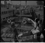806-1 Twee mannen dragen een dame op een brancard aan boord van Spidoboot 'Erasmus' aan het Willemsplein.