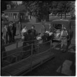 806-2 Inschepen aan het Willemsplein van invaliden vanuit een ziekenauto naar Spidoboot 'Erasmus'.