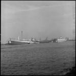 8062-1 Zwaar beschadigde tanker Rona Star na ontploffing en brand op scheepswerf Verolme Rozenburg in het Botlek-gebied.