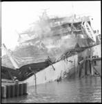 8062-2 Zwaar beschadigde tanker Rona Star na ontploffing en brand op scheepswerf Verolme Rozenburg in de Botlek.