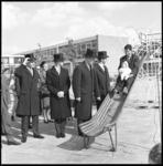 8071 Nieuwe speeltuin Pascal-Maeterlinck aan de Pascalweg in Lombardijen geopend op de glijbaan door heer J. Wertheim, ...