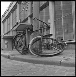 8074 Vernielde fiets voor station Hofplein. Of verwaarloosd.