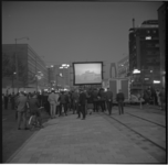 8084 Openluchtvertoning van een film op de middenberm van de Coolsingel, ter hoogte van de Meent en Aert van Nesstraat; ...
