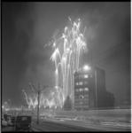 8085 Vuurwerkshow op Heliportterrein. Op de voorgrond kantoor van de Rotterdamsche Bank; foto gemaakt vanaf Pompenburg. ...