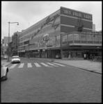 8090 Bioscooptheater Corso aan de Kruiskade met reclame voor film My Fair Lady. Op de voorgrond rechts bevindt zich op ...