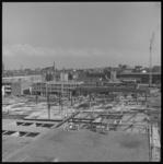 8093-2 Zicht op bedrijven aan de Zomerhofstraat met op de voorgrond bouw van de bakkerij van Co-op Nederland. In de ...