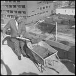 8114 Hoogste punt industriepand op de hoek Teilingerstraat en de Schoterbosstraat met cementstort door D.M. Kwaak ...