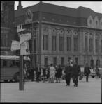 8125-2 Drukte op de Coolsingel, ter hoogte van postkantoor, bij opstaphalte Kris Kras stadsrondrit.