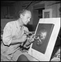 8166 Kopersmid Aad Uithol werkt aan koperen portret van Winston Churchill.
