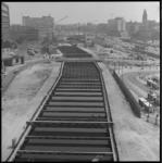 8176-1 Werkzaamheden aan de nieuwe metrolijn op het Weena richting Hofplein. Midden-links het busstation voor de ...