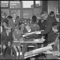 8187 Cornelis Verolme reikt prijzen uit aan kinderen op scheepswerf Verolme in Alblasserdam.