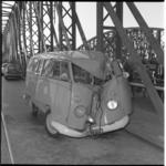 8191 Ongeluk met Volkswagenbusje op de Willemsbrug.