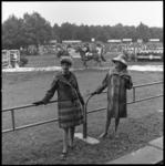 8211-2 Modeshow van bontmantels van bonthuis Nico Nagtegall tijdens CHIO. Tijdens pauzes wandelden deze dames vooral ...