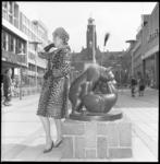 8211-3 Modeshow van bonthuis N. Nagtegall op de Lijnbaan/kruising met de Korte Lijnbaan en Stadhuisplein.