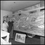 8221-1 Cornelis Verolme met echtgenote Annie Verolme-Weegink in Hilton Hotel.bij een enorme tekening met onder andere ...
