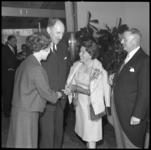 8221-2 Cornelis Verolme (r.) en echtgenote Annie Verolme-Weegink met minister van buitenlandse zaken Joseph Luns in ...