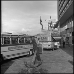 8233 VAVO-Greyhound bus voor achterkant Hilton Hotel op het Weena. Tussen de bussen is de dancing/cabaret Bristol op ...