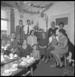 8235 Familieportret met in het midden mevrouw Burgts.
