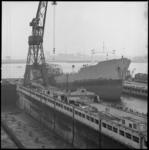 8249-2 Totaaloverzicht van de zwaarbeschadigde Rona Star na een ontploffing bij Verolme Tanker Cleaning Rozenburg, nu ...