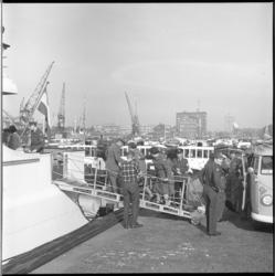 8252-2 Boottocht voor invaliden- zij gaan aan boord van de Spidoboot Pieter Caland in de Parkhaven.