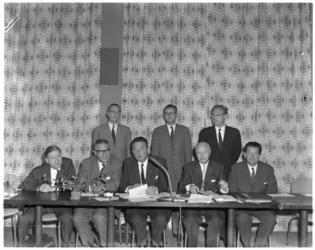 8272 Dagelijks bestuur Rijnmondraad, Raad van het Openbaar Lichaam Rijnmond met middenin voorzitter mr.V.G.M. Marijnen, ...