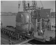 8280 Overzetten bij NV Rotterdamse Stuwadoors Maatschappij (Furness) aan de Maashaven van een atoomreactor, bestemd ...