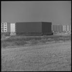 8289 Antwoordkerk aan de Kruisnetlaan in de wijk Zalmplaat van Hoogvliet. Op de achtergrond de nieuwbouwflats gebouwd ...