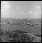 8293-2 Gezicht vanaf de Euromast over de Nieuwe Maas richting 1e en 2e Katendrechtse Haven; daarachter de Maashaven met ...