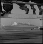 8293-3 Gezicht vanaf de steiger op Katendrecht op de Nieuwe Maas waar ss Rotterdam passeert. Links onderin is het ...