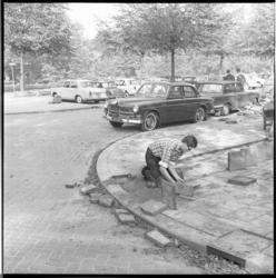 8308-1 Prinses Beatrix had haar Volvo hinderlijk geparkeerd op de hoek van de Parklaan en de Kievitslaan; zij lunchte ...