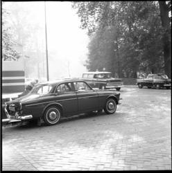 8308-2 Prinses Beatrix had haar Volvo hinderlijk geparkeerd op de hoek van de Parklaan en de Kievitslaan en lunchte bij ...