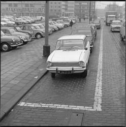 8329 Blauwe zonestrepen in de Van Oldenbarneveltstraat met op de achtergrond de Karel Doormanstraat.