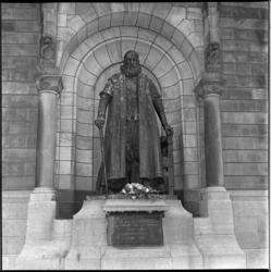 8357 Standbeeld van Johan van Oldenbarnevelt voor stadhuis.