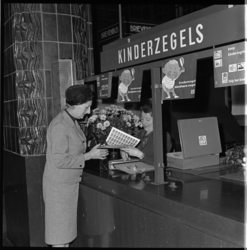 8358 Burgemeestersvrouw A. Thomassen-Lind koopt in postkantoor Coolsingel de nieuwe kinderpostzegels.