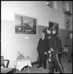 8401-2 Generaal-majoor Korps Mariniers, J.G.M. van Nass, bekijkt met anderen een schilderij met ' Oorlog Mei 1940'; ...