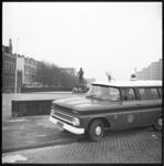 8405 Het Mariniersmonument op het Oostplein wordt na bekladding bewaakt.