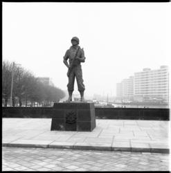 8415 Monument Mariniers Oostplein; op de achtergrond Boerengat.