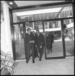 8454-1 Prins Claus arriveert via het binnenplein van De Doelen en wordt daar ontvangen door burgemeester Wim Thomassen; ...