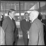 8454-3 Prins Claus ontmoet tijdens het Congres van de Vereniging van Nederlandse Gemeenten in De Doelen de vroegere ...