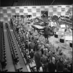 8459-2 Nieuwe concertgebouw en congrescentrum De Doelen opengesteld voor publiek; drukte in de Grote Zaal.