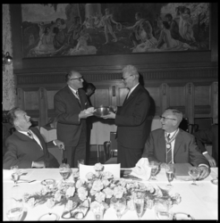 8470-1 Afscheid van wethouder J.U. Schilthuis (midden rechts) in de Burgerzaal van stadhuis. Links van hem staat J.J. ...