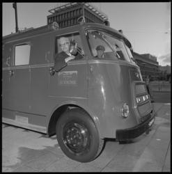 8470-2 Afscheid wethouder J.U. Schilthuis; op de Coolsingel zit hij in een naar hem genoemde brandweerwagen.