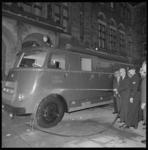 8470-3 Afscheid wethouder J.U. Schilthuis; op de Coolsingel spuit hij op het chauffeursportier van een blusvoertuig en ...