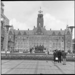 8490 Stadhuis vanaf het Stadhuisplein met oorlogsmonument voor gevallenen..