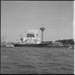 8516-2 Het weerschip Cumulus aan de Parkkade, afgemeerd voor het ventilatie- en toegangsgebouw van de Maastunnel; op de ...