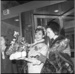 8518 Filmster Gina Lollobrigida voor het Hilton Hotel aan de Kruiskade.