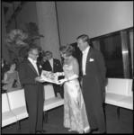 8544-2 Het prinselijk paar krijgt een grammofoonplaat aangeboden door dirigent Franz Paul Decker van het Rotterdams ...