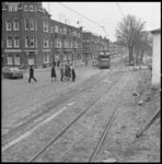 8558 Tramlijn 3 op de Randweg in Rotterdam Zuid, links de polikliniek op de Riederlaan, 2e links de Utrechtsestraat.