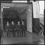 8579-1 Burgemeester W. Thomassen (links) wandelt (met andere genodigden) op de veerboot Norwind tijdens de officiële ...